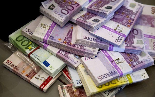 Fiat měny nejsou ničím kryté a jejich hodnota je dána pouze vírou uživatelů v jejich cenu.