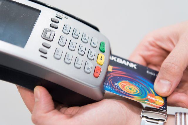 S  Revolut kartou můžete platit a vybírat peníze odkudkoliv na světě za výhodný kurz.